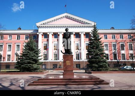 Russland, Kaliningrad, Verwaltungsgebäude der russischen baltischen Flotte, Statue von Peter dem großen - Stockfoto