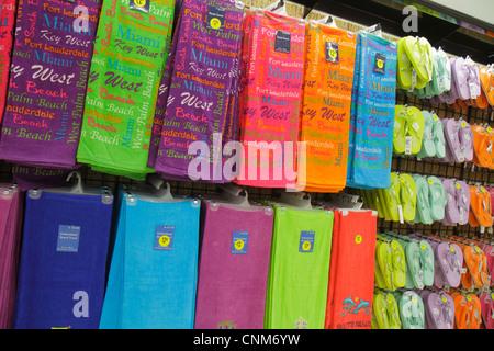 Miami Beach Florida Walgreens Apotheke Drogerie Strand Handtücher Einzelhandel anzeigen für Verkauf Souvenirs Gummischuhe - Stockfoto