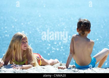 Foto von zwei Geschwistern am Strand während der Sommerferien - Stockfoto