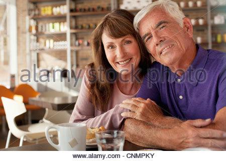 Älteres Ehepaar mit Frühstück im café - Stockfoto