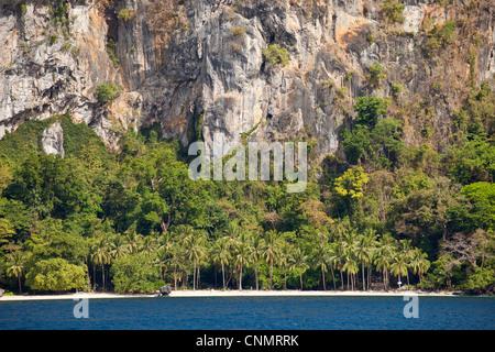 Strand und steilen Felsen des Cadlao Insel Bacuit Bay, El Nido, Palawan, Philippinen, Asien - Stockfoto