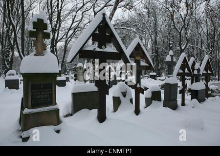 Gräber der russischen Emigranten auf dem Olšany Friedhof in Prag, Tschechien. - Stockfoto