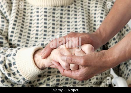 Hausmeister des älteren Mannes Hand streichelte - Stockfoto