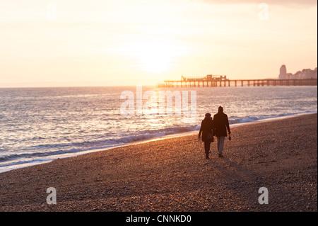 Paare, Sonnenuntergang am Meer Küste - Stockfoto