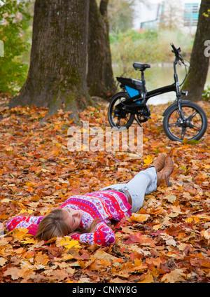 Verlegung in Frau fallen Blätter - Stockfoto