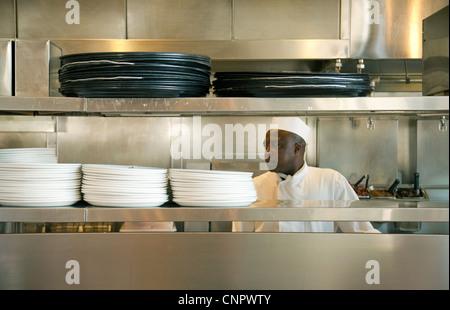 Ein Restaurant-Chef bei der Arbeit in seiner Küche, Disneyland Paris Frankreich Europa - Stockfoto