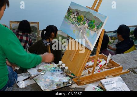 Chinesische Studenten mit Ölbild Leinwand auf Staffelei am South Lake in Hongcun World Heritage Site Anhui Provinz - Stockfoto