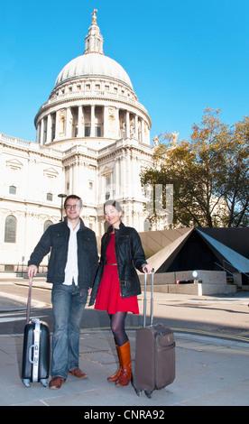Zu zweit mit Gepäck vor der Kathedrale - Stockfoto