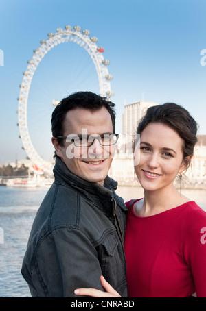 Paar außerhalb Riesenrad London Eye - Stockfoto