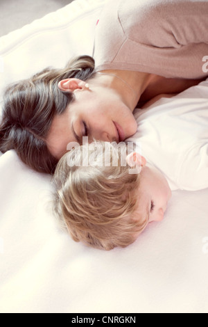 Mutter mit jungen Sohn Nickerchen - Stockfoto
