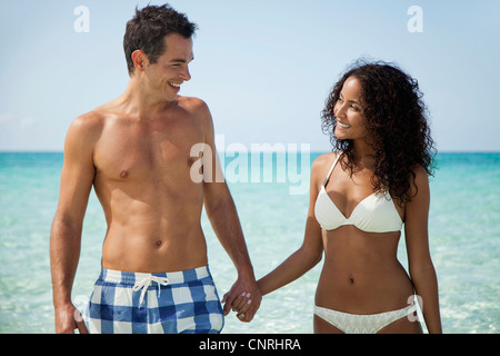 Paar Hand in Hand am Strand - Stockfoto