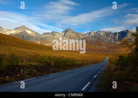 Herbst im nördlichen Norwegen, Norwegen, Troms, Kvaloeya - Stockfoto