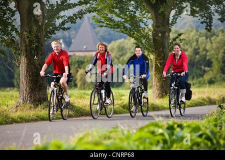 vier Personen Radfahren auf der Ruhr Tal Radweg, Kemnade Burg im Hintergrund, Witten, Ruhrgebiet, Nordrhein-Westfalen, - Stockfoto