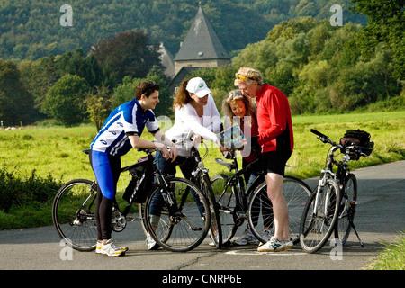 vier Personen auf der Ruhr-Tal-Radweg beobachten, Landkarte, Kemnade Burg im Hintergrund, Witten, Ruhrgebiet, Nordrhein - Stockfoto