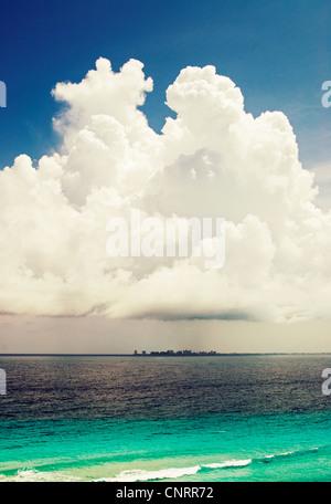 Cancun-Skyline von Isla Mujeres in der Karibik gesehen. - Stockfoto