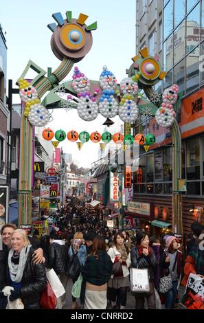 Käufer an der Takeshita Street in Harajuku, Tokyo, Japan - Stockfoto