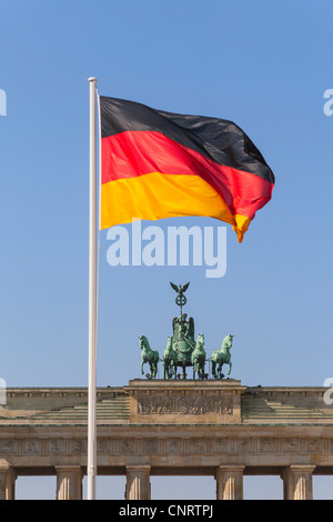 Brandenburger Tor, die Quadriga, Nationalflagge, Berlin, Deutschland, Europa - Stockfoto