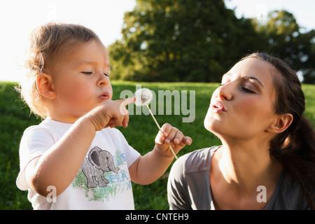 Mutter und Kleinkind spielen im park - Stockfoto