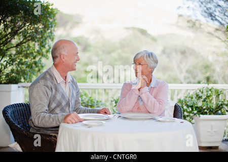 Älteres Ehepaar sitzt am Tisch im freien - Stockfoto