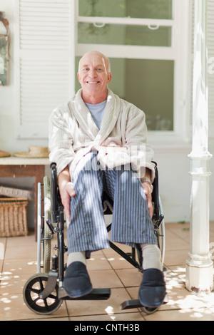 Älterer Mann sitzt im Rollstuhl - Stockfoto