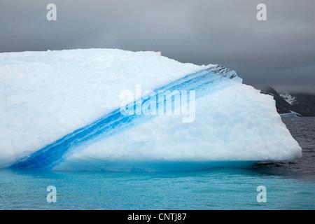 Eisberg mit Blue Streak, Grönland, Ammassalik, Ostgrönland, Kuummiit - Stockfoto