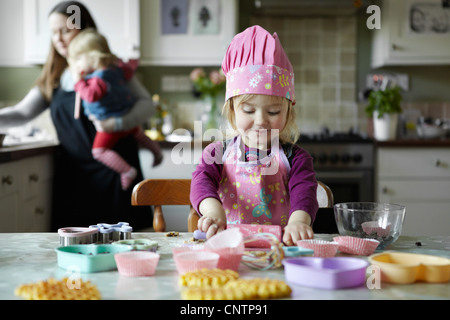 Kleinkind Mädchen Backen in Küche - Stockfoto