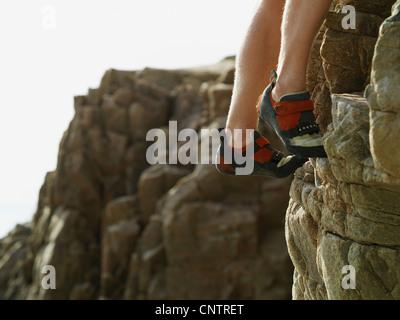 Felsen Kletterer Füße auf steilen Felswand - Stockfoto