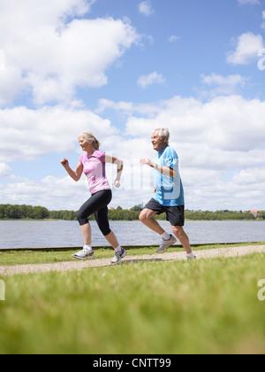 Älteres paar laufen zusammen im freien - Stockfoto