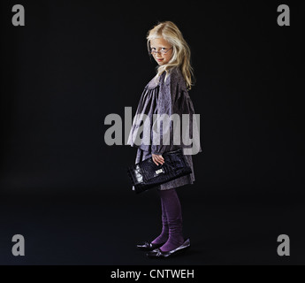Mädchen verkleiden in Mütter-Schuhe - Stockfoto