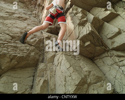 Kletterer, die steile Felswand Skalierung - Stockfoto