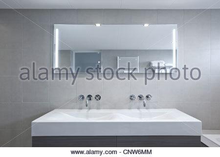 waschbecken im badezimmer stockfoto bild 63709753 alamy. Black Bedroom Furniture Sets. Home Design Ideas