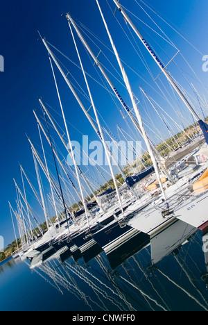 Segelboote im Hafen Sibenik, Kroatien, Dalmatien, Sibenik - Stockfoto