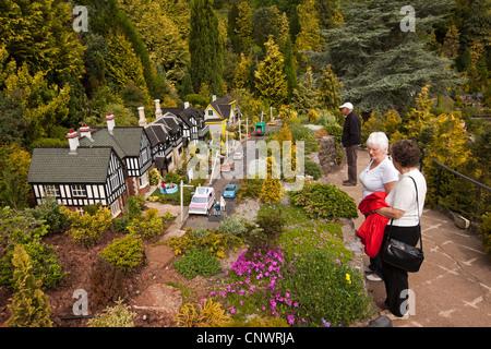 Großbritannien, England, Devon, Torquay, Babbacombe Model Village, ältere Besucher, die die Gärten genießen - Stockfoto