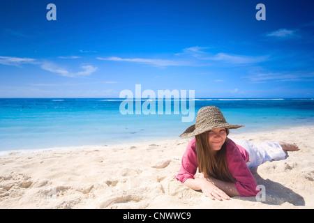 Glückliche junge Frau am tropischen Sandstrand, Malediven, Indischer Ozean - Stockfoto