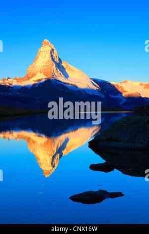 Blick vom Bergsee am Matterhorn in goldenes Licht, Schweiz, Wallis - Stockfoto