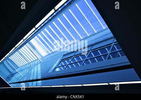 Weitwinkeleinstellung des modernen Interieurs mit Oberlicht-Fenster - Stockfoto