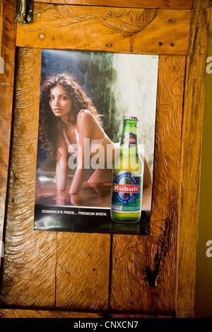 Kubuli Beer Poster mit ein schönes Mädchen und eine Bierflasche stecken, um eine Bar Tür in Dominica - Stockfoto