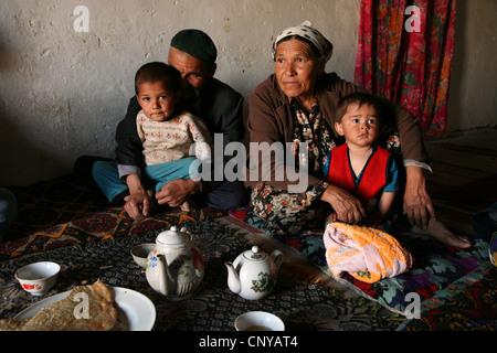 Tee trinken in einer kasachischen Familie leben in einem Kishlak neben der Usbekisch-turkmenischen Grenze in der - Stockfoto