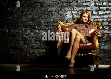 Bild der eleganten Mädchen im Retro-Stil Sessel sitzen und Blick in die Kamera - Stockfoto