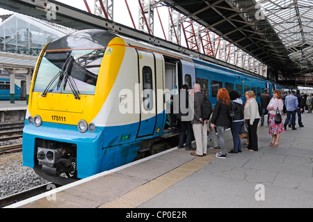 Chester Bahnhof Passagiere an Bord eines Arriva train Service Cheshire England Großbritannien - Stockfoto