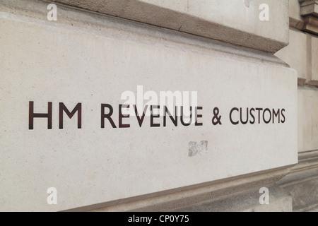 Das HM Revenue & Customs-Logo vor den Regierungsgebäuden am Whitehall, London, UK. - Stockfoto