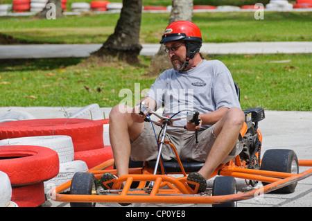 Aktiven Mann mittleren Alters kaukasischen Best Ager genießen Go-kart Racing - Adventure Park, Puerto Galera, Philippinen, - Stockfoto