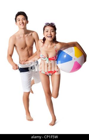 Junger Mann und junge Frau im Badeanzug Spaß - Stockfoto