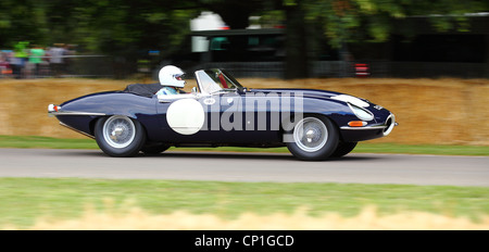 Jaguar E-Type auf Goodwood Race circuit - Stockfoto