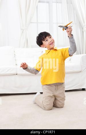 Kleine Jungen spielen Spielzeug Flugzeug - Stockfoto