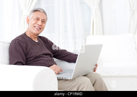 Älterer Mann mit Laptop - Stockfoto