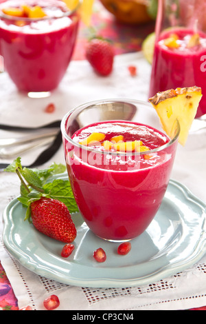 Rote Bete, Ananas und Erdbeere smoothie - Stockfoto