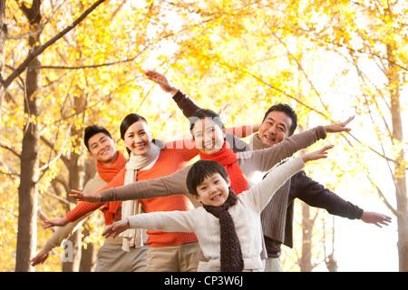Spaß im freien Familienporträt im Herbst - Stockfoto