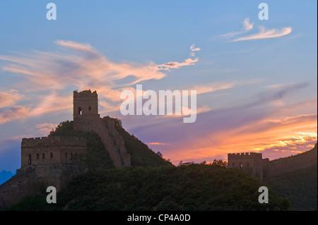 Teil der Jinshanling-Abschnitt der großen Mauer von China bei Sonnenuntergang. Dies ist ein HDR-Bild. - Stockfoto