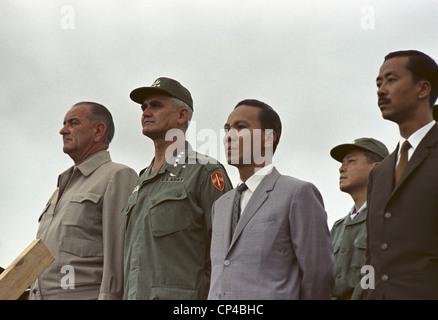 Präsident Johnson in Südvietnam. Cam Ranh Bay Airbase sind Präsident Lyndon Johnson, General William Westmoreland, - Stockfoto